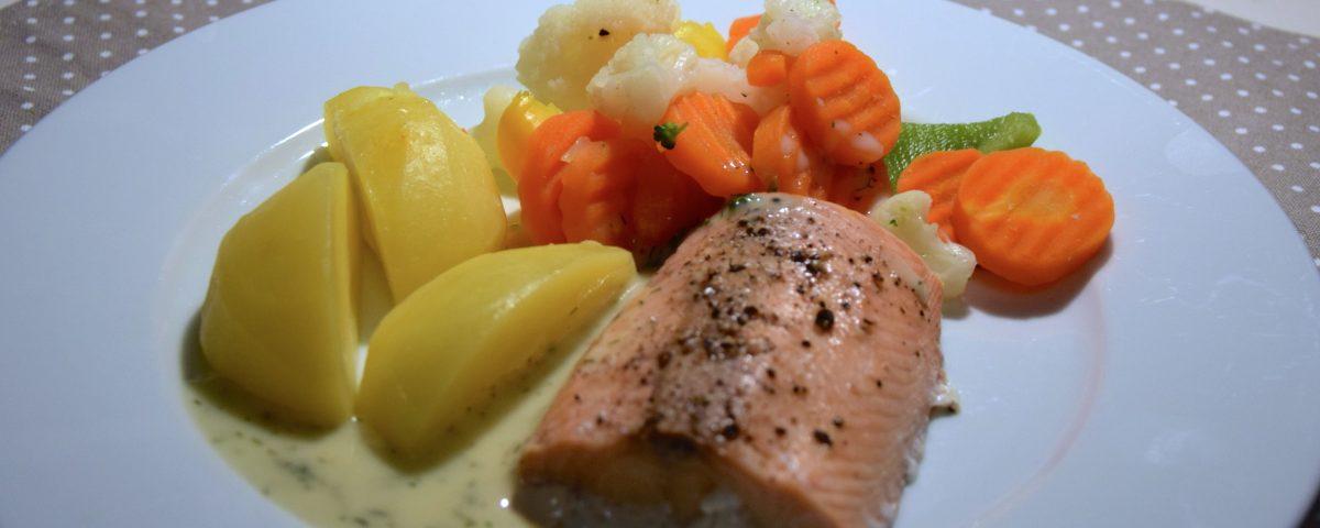 Lachsfilet, Gemüse und Kartoffeln mit Dillsauce