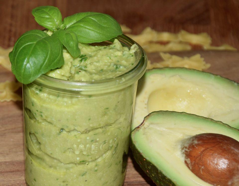 Selbstgemachtes Pesto mit Avocado
